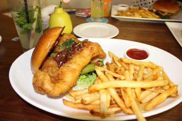 トミー・バハマ Crispy Fish Sandwich