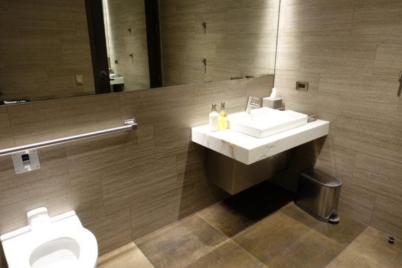 ユナイテッド・ポラリス・ラウンジ シカゴ・オヘア空港 トイレ